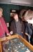 Martin Noormann sowie Timur Vardar (18) und Jarvis Hinrichs (14) lassen sich die Tierknochen vom Klostergelände zeigen